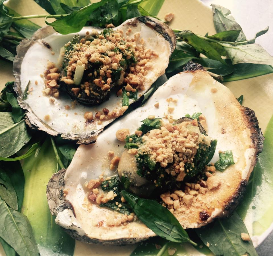 Grilled oysters with onion