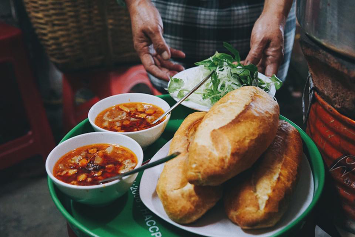 Vietnamese Sandwich with Meatball (Bánh Mì Xíu Mại) - The delicous street food in Da Lat