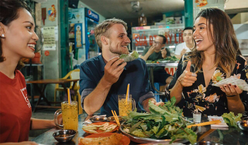 Go to the popular eateries to eat street food